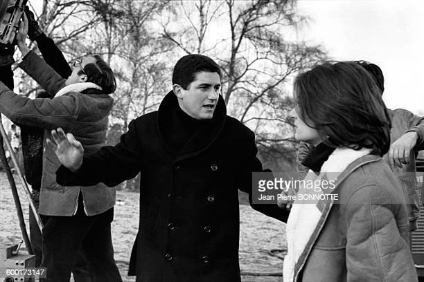 Le réalisateur Claude Lelouch et l'actrice Anouk Aimée sur le tournage du film 'Un homme et une femme' circa 1960