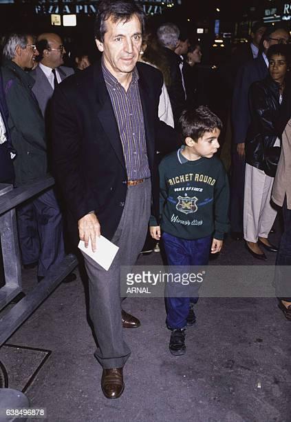 Le réalisateur CostaGavras et son fils Romain lors d'une première en octobre 1988 à Paris France