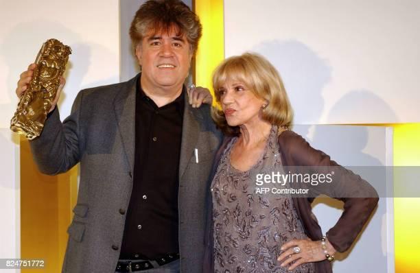 Le réalisateur espagnol Pedro Almodovar pose en compagnie de l'actrice fançaise Jeanne Moreau le 22 février 2003 au Théâtre du Chatelet à Paris lors...