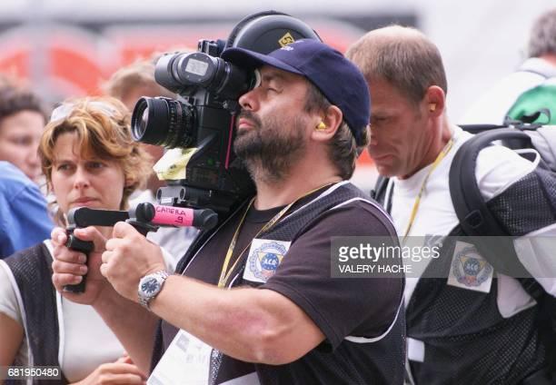 Le réalisateur français Luc Besson filme la course le 15 juin 2002 sur le circuit du Mans après avoir donné le départ de la 70e édition des 24 heures...