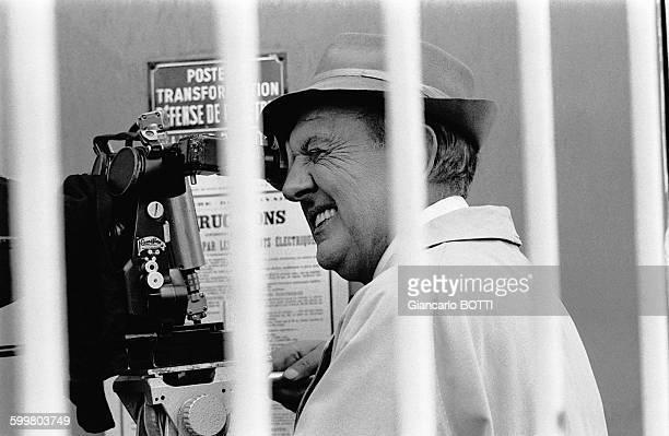 Le réalisateur Jacques Tati sur le tournage du film 'Trafic' en 1970 en France
