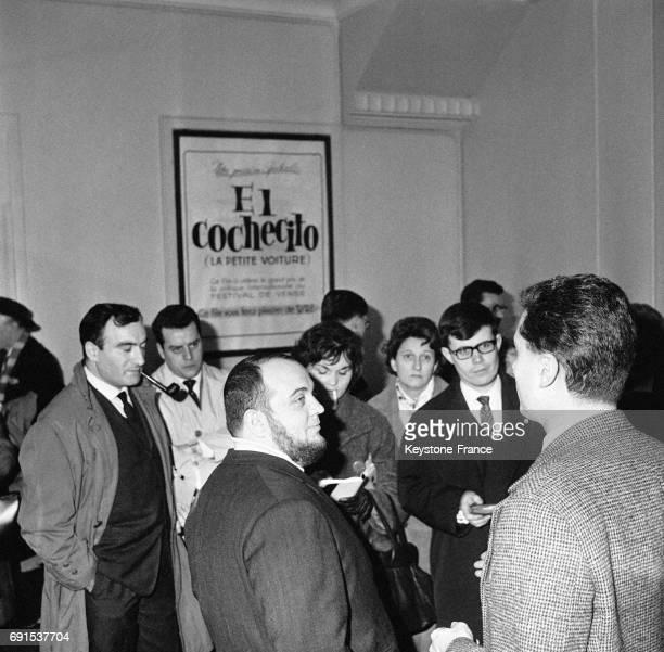 Le réalisateur Marco Ferreri répondant aux questions des journalistes après la projection de son film 'El cochecito' au cinéma Lord Byron sur les...