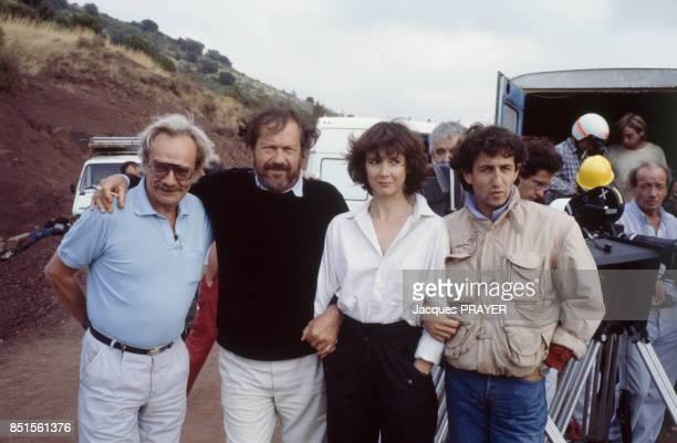 Le réalisateur Robert Enrico 2e à gauche et les acteurs Sabine Azéma et Richard Anconina lors du tournage du film 'Zone Rouge' en novembre 1985 France