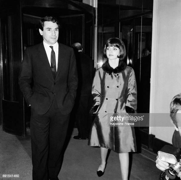 Le réalisateur Robert Hossein et MarieFrance Pisier à la première du film 'La mort d'un tueur' à Paris France le 1er avril 1964