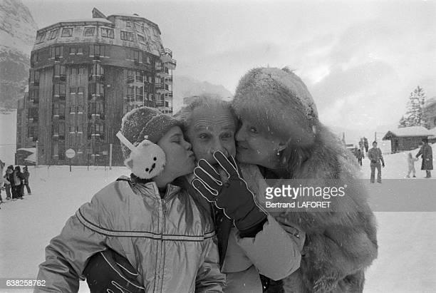 Le réalisateur Samuel Fuller avec son épouse Christa Lang et leur fille Samantha Fuller le 22 janvier 1983 à Avoriaz France