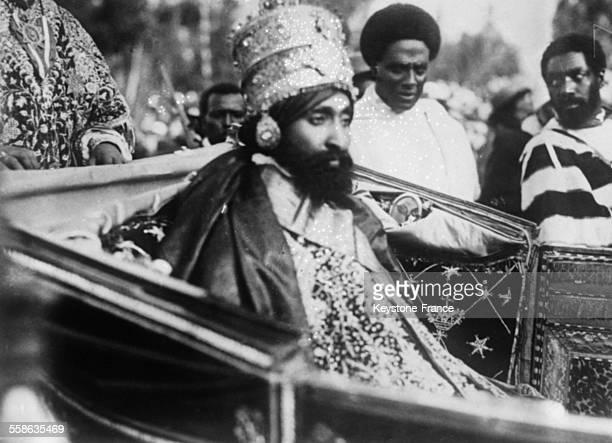 Le Ras Tafari Mekonnen nouveau roi d'Abbyssinie sous le nom d Haile Selassie Le Negus quitte le palais en voiture apres son couronnement pour se...