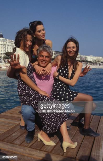 Le realisateur italien Michele Placido entoure de ses actrices au 45eme Festival de Cannes pour son film 'Le amiche del cuore' le 12 mai 1992 a...