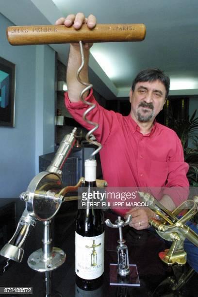 Le restaurateur français Daniel Bouté présente des tirebouchons de comptoir appartenant à sa collection le 26 juillet 2001 à Madrid Daniel Bouté...