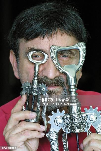 Le restaurateur français Daniel Bouté présente des tirebouchons italiens appartenant à sa collection le 26 juillet 2001 à Madrid Daniel Bouté...