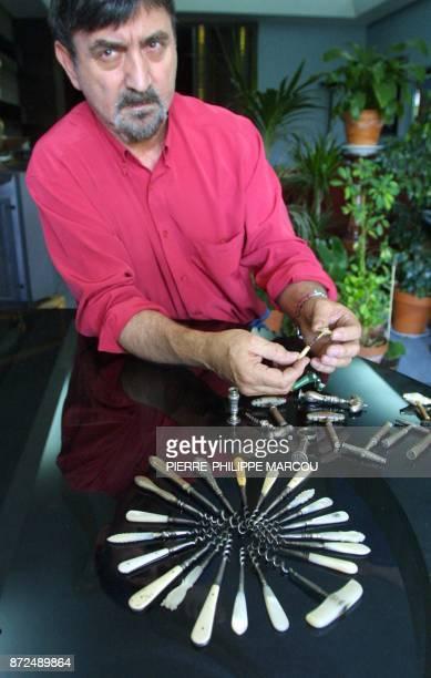 Le restaurateur français Daniel Bouté présente des tirebouchons pour fioles de parfum appartenant à sa collection le 26 juillet 2001 à Madrid Daniel...
