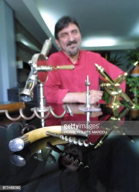 Le restaurateur français Daniel Bouté présente quelque tirebouchons appartenant à sa collection le 26 juillet 2001 à Madrid Daniel Bouté collectionne...