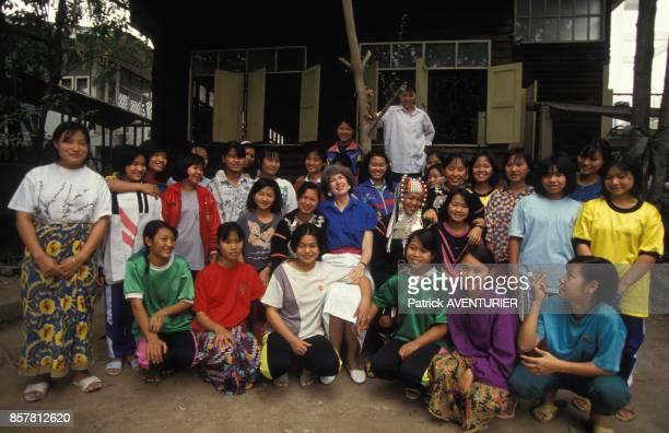 Le reverend Lauran Bethell avec un groupe de prostituees en juin 1994 a Chiang Mai Thailande