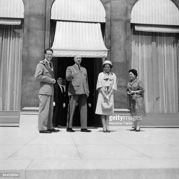 Le roi Baudouin le Général de Gaulle la reine Fabiola et Madame de Gaulle sur le perron de l'Elysée à Paris France le 21 mai 1961