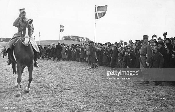 Le roi Christian recevant une ovation de la foule qui s'est agglutinée pour regarder le défilé à Copenhague Danemark le 5 avril 1940
