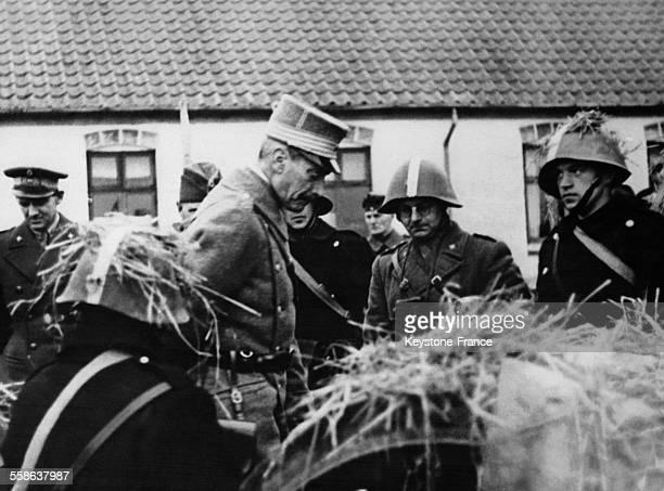 Le roi Christian X de Danemark et le prince héritier Frédéric assistent aux manoeuvres militaires danoises et inspectent une batterie camouflée près...