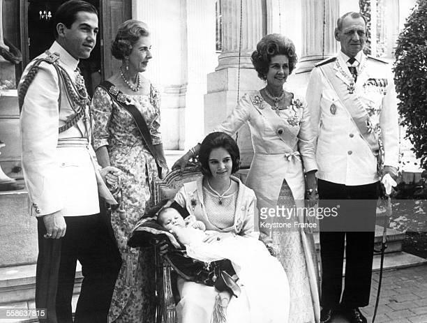 Le roi Constantin de Grèce la reine Ingrid de Danemark la reine Frederika de Grèce le roi Frédéric IX de Danemark et assise la reine AnneMarie tenant...
