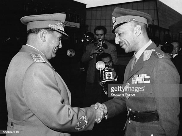 Le Roi d'Afghanistan Mohammad Zaher Shah est accueilli à l'aéroport de Batajnica par le Président yougoslve Tito qui l'a invité pour une visite...