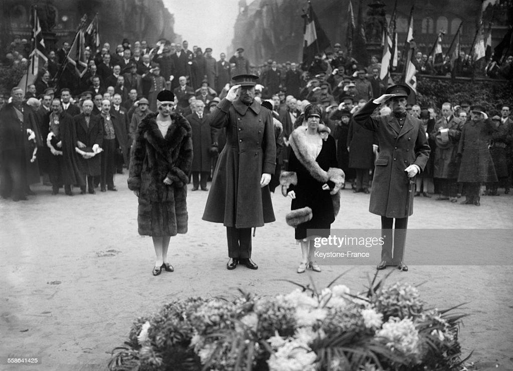 Le roi et la reine de Belgique se recueillent devant la tombe du soldat inconnu, accompagnes du Duc et de la Duchesse de Brabant le 11 novembre 1929 a Bruxelles, en Belgique.