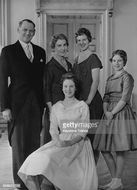 Le Roi et la Reine photographies en compagnie de leurs filles la Princesse Margrethe la Princesse Benedikte et la Princesse AnneMarie au Palais royal...
