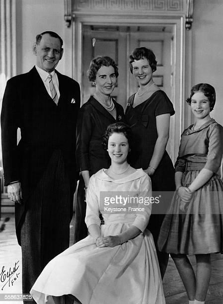 Le roi Frédéric IX la reine Ingrid la princesse Margrethe et la princesse AnneMarie et assise la princesse Benedikte au Château de Fredensborg...