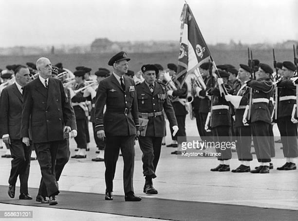 Le Roi Frederik du Danemark est accueilli a l'aeroport d'Orly par le General Charles de Gaulle et Georges Pompidou en avril 1965 a Paris France