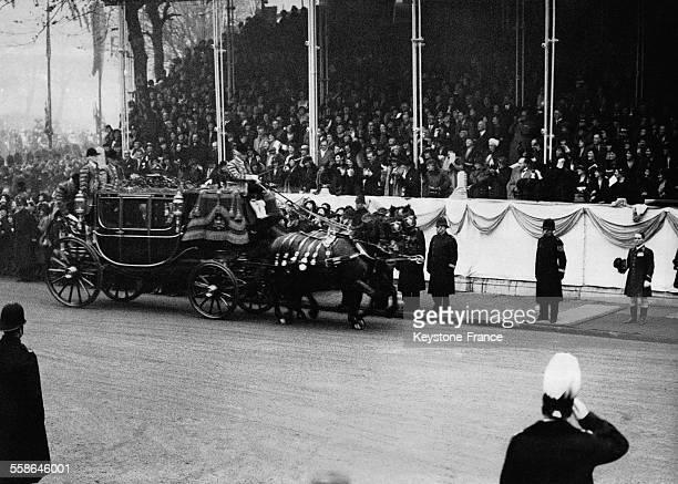 Le Roi George V et la Reine Mary de Teck arrivant a l'Abbaye de Westminster pour celebrer le mariage de leur fils le Prince George Duc de Kent et de...
