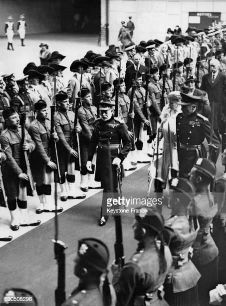 Le Roi George V et la Reine Mary passent en revue la troupe des Highlanders à leur arrivée à l'Olympia avant le tournoi royal qui oppose différentes...