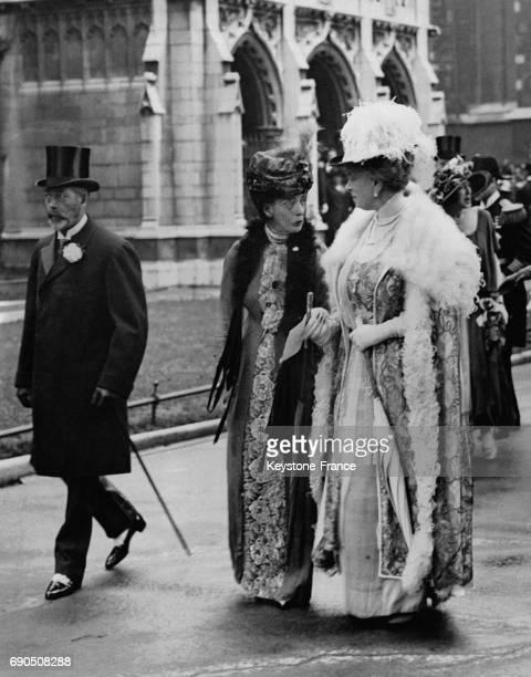 Le Roi George V et les Reines Alexandra et Mary après le mariage de Lord Louis Mountbatten et Miss Edwina Ashley à la sortie de St Margaret's Church...