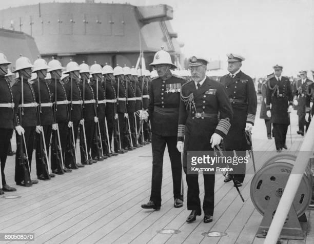 Le Roi George V inspecte les marins royaux à bord du Nelson en compagnie du Prince George et du Prince de Galles le 17 février 1932 à Weymouth au...