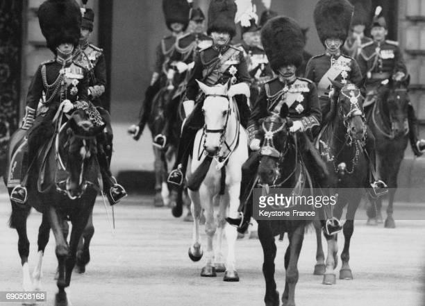 Le Roi George V le Prince de Galles le Duc d'York le Comte d'Harewood et le Prince de Connaught en uniforme et à cheval quittent le palais de...