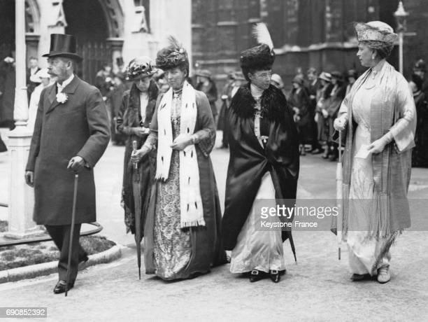 Le Roi George V suivi par la Princesse Victoria la Reine Alexandra la Reine Marie de Russie et la Reine Mary quitte St Margaret's Westminster après...