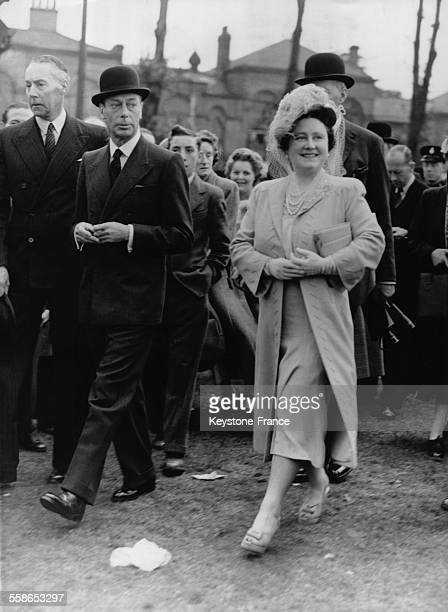 Le roi George VI et la reine Elizabeth traversant le paddock avant d'assister a la grande course hippique le 11 septembre 1948 a Doncaster RoyaumeUni