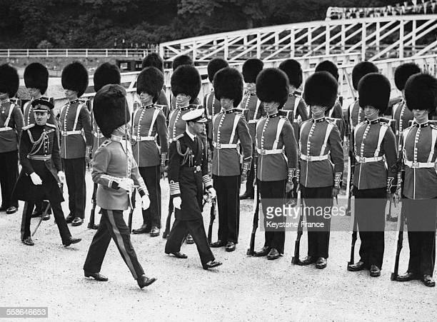 Le roi George VI inspecte la garde d'honneur des gardes gallois avant d'entrer dans la Tour de l'Aigle du Chateau le 15 juillet 1937 a Caernafon...