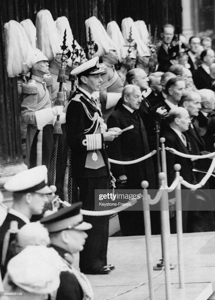 Le roi George VI lors du discours officiel inaugural du Festival de GrandeBretagne du haut des marches de la Cathedrale St Paul le 3 mai 1951 a...
