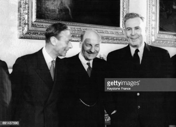 Le Roi George VI photographié avec le Premier ministre britannique Clement Attlee et le Premier ministre australien Ben Chifley au Palais de...