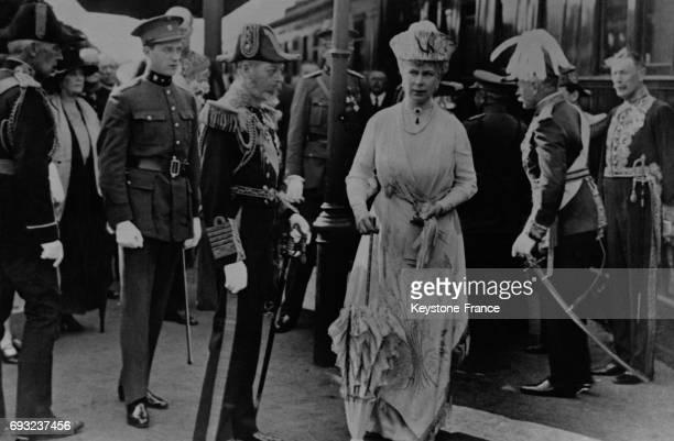Le Roi Geroge V et la Reine Mary sortent du train en compagnie du Duc de Brabant à Bruxelles en Belgique