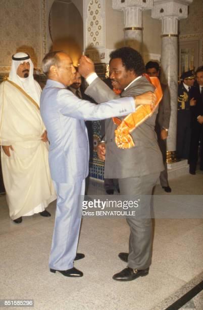 Le roi Hassan II du Maroc et le président gabonais Ali Bongo venu pour le 57e anniversaire du monarque au Maroc le 14 juillet 1986