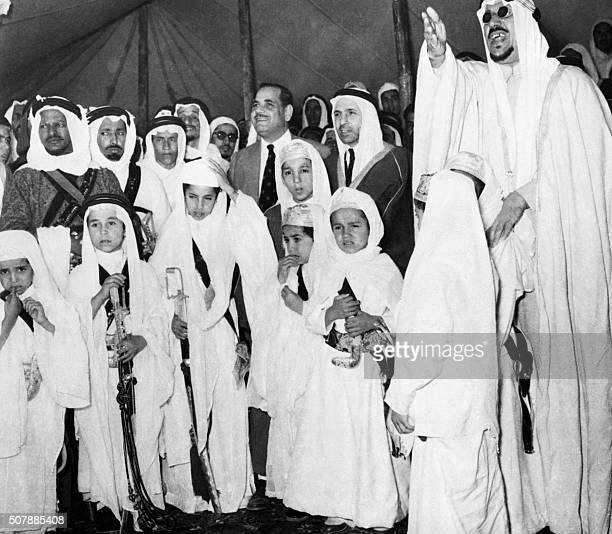 Le roi Ibn Séoud d'Arabie Saoudite assiste à la Mecque le 19 mars 1954 en compagnie de ses plus jeunes fils armés de sabres et de poignards à la...