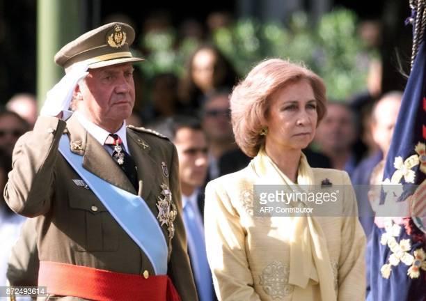 le roi Juan Carlos d'Espagne et la reine Sofia assistent le 12 octobre 2000 à Madrid au défilé militaire à l'occasion de la fête nationale / AFP...