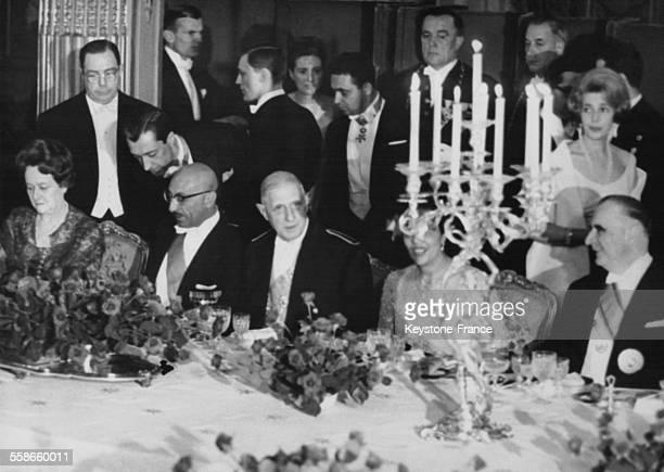Le Roi Mohammad Zaher Shah et son épouse la Reine Homaria ont été reçus par le Président de Gaulle et son épouse lors d'un dîner au Palais de...