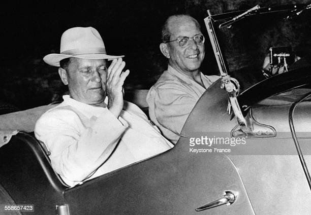 Le Roi Paul de Grèce au volant d'une décapotable conduit son invité le Maréchal Tito de Yougoslavie le 30 juillet 1956 à Corfou Grèce
