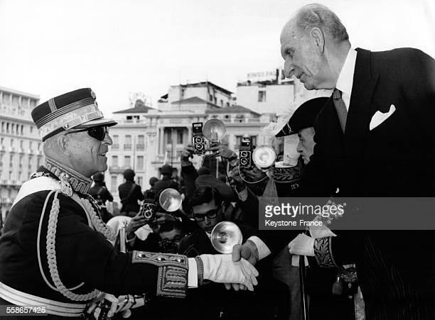 Le Roi Paul de Grèce et le Premier Ministre Georgios Papandreou se serrent la main au Parlement grec circa 1960