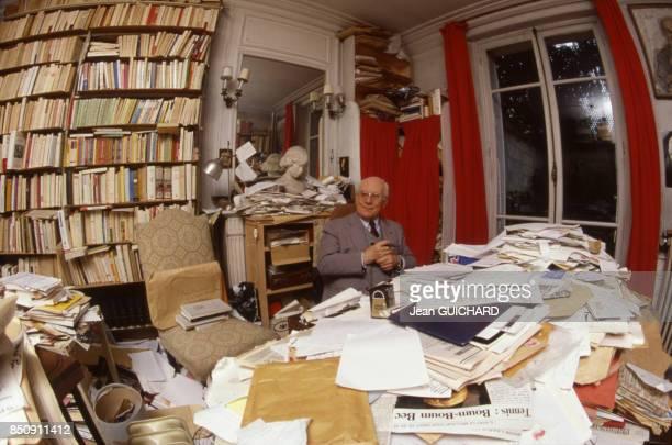 Le romancier français Paul Guth chez lui à Paris le 14 octobre 1987 France