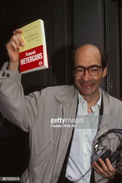 Le romancier Francois Weyergans brandit son livre La demence du boxeur qui vient d'obtenir le prix Renaudot le 9 novembre 1992 a Paris France