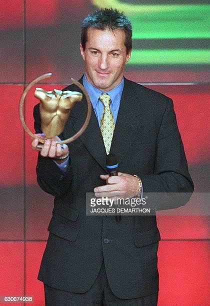 Le rugbyman Phillipe Sella présente un trophée lors de l'enregistrement de l'émission 'Les Trophées des sports 1998' de France Télévision le 15...