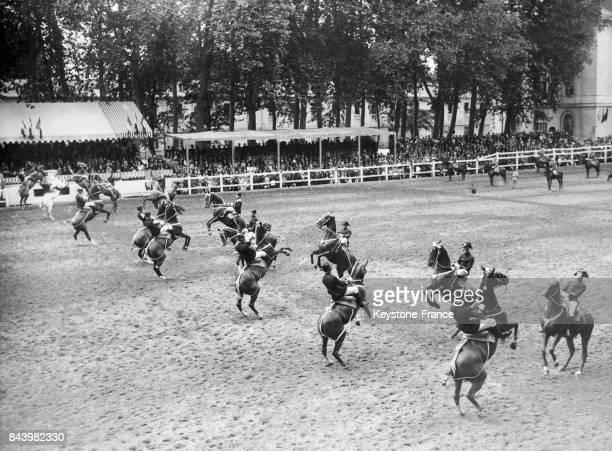 Le salut des chevaux pendant la présentation du 'Cadre noir' à l'école de cavalerie de Saumur à Saumur en France le 1er août 1933