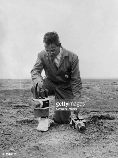 Le scientifique Dr Joseph Joffman mesure la radioactivité du sable après l'explosion d'un missile V2 en 1946 à Carrizo NM