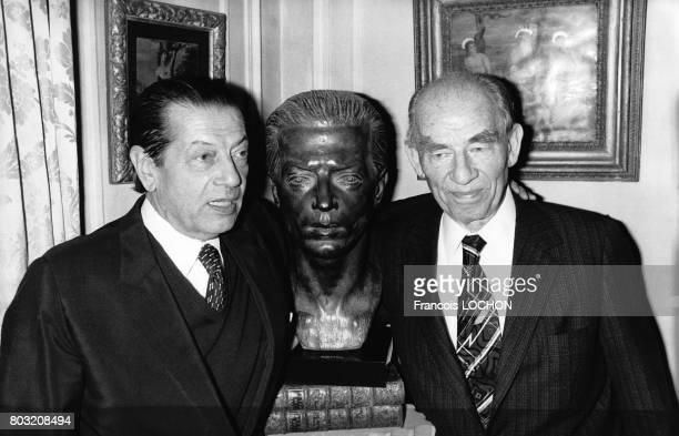 Le sculpteur Arno Breker et le danseur et chorégraphe Serge Lifar autour du buste le représentant créé par Arno Breker en 1941 et qui lui a été...