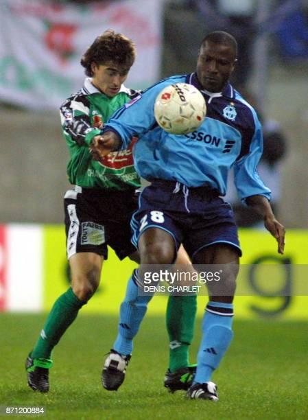 le Sedannais Celdran est à la lutte avec le Marseillais Bakayoko le 11 novembre 2000 lors de la rencontre entre Sedan et Marseille comptant pour la...
