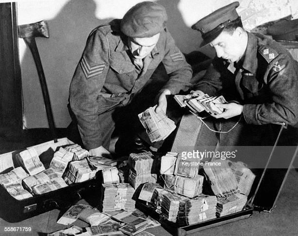 Le sergent Smith et le lieutenant Jackson de la mission spéciale de Scotland Yard durant la perquisition chez un chef de bande ont trouvé des valises...